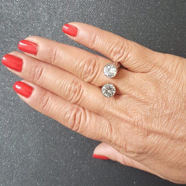 Ефектен пръстен от стомана с цирконии