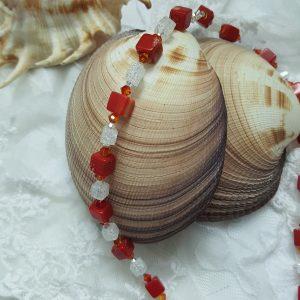 Колие с камъни и червен корал