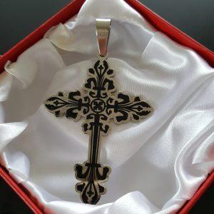 Масивен кръст с орнаменти